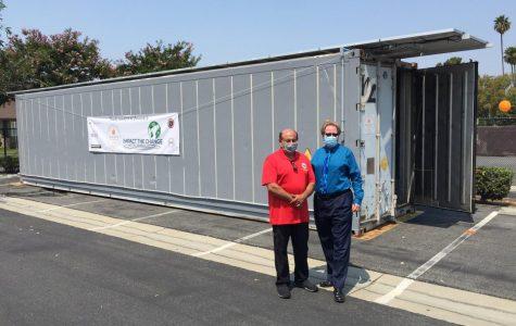 Lou Correa(Izquierda) se para enfrente del refrigerador de comida donada a Anaheim High School