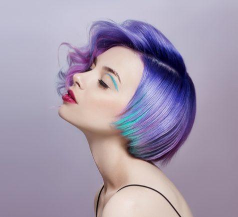 Mujeres jovenes estan usando diversos colores a la vez como la ultima moda.
